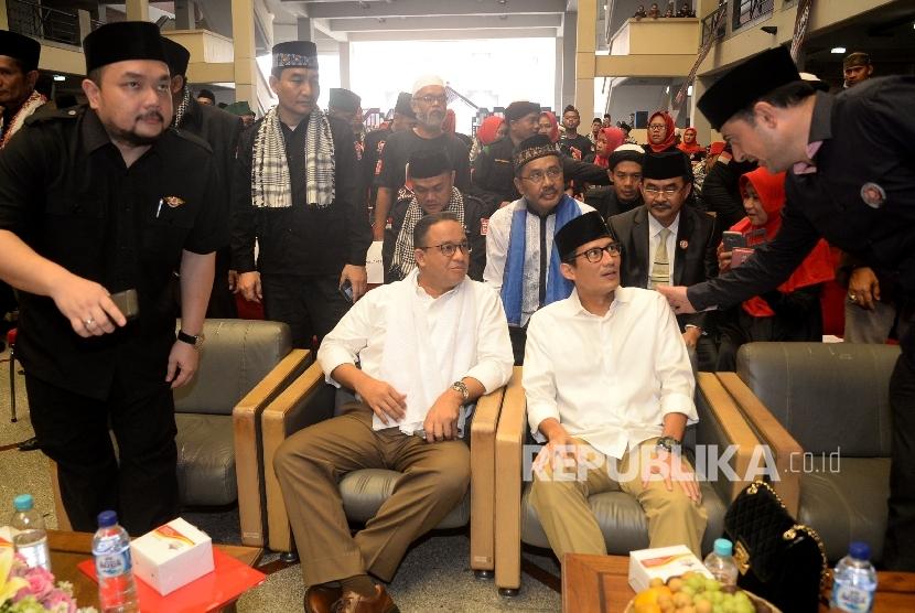 Gubernur Jakarta terpilih Anies Baswedan bersama Wakil Gubernur Jakarta terpilih Sandiaga Uno