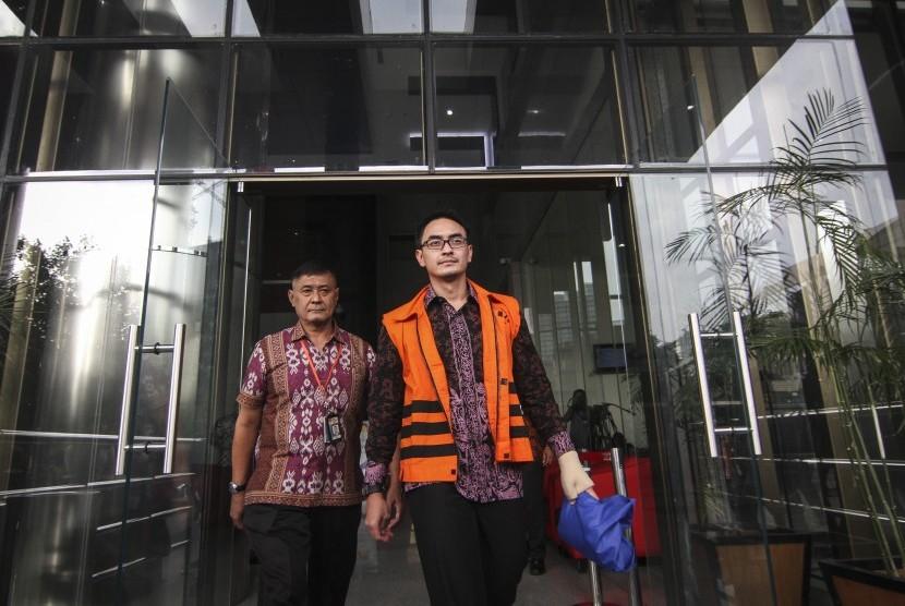 Gubernur Jambi nonaktif Zumi Zola berjalan keluar ruangan seusai menjalani pemeriksaan lanjutan di gedung KPK, Jakarta, Jumat (20/7).