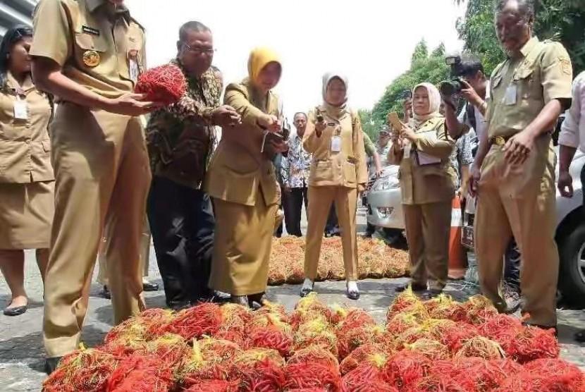 Gubernur Jateng Ganjar Pranowo menyerukan Gerakan Selamatkan Petani dengan cara membeli langsung cabai ke sentra produksi petani.