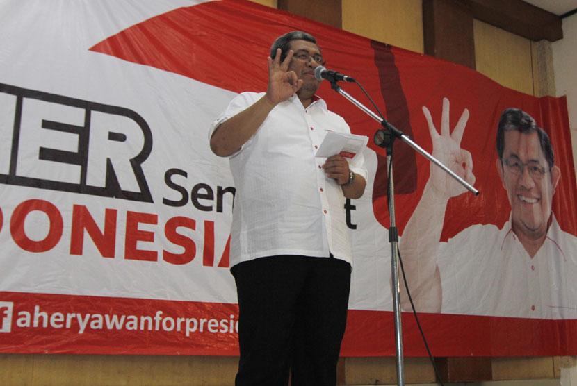 Gubernur Jawa Barat Ahmad Heryawan (Aher) membuka sambutan Deklarasi Aher For President di Islamic Center Bekasi, Jawa Barat, Jumat (14/3). (Antara/Hafidz Mubarak)