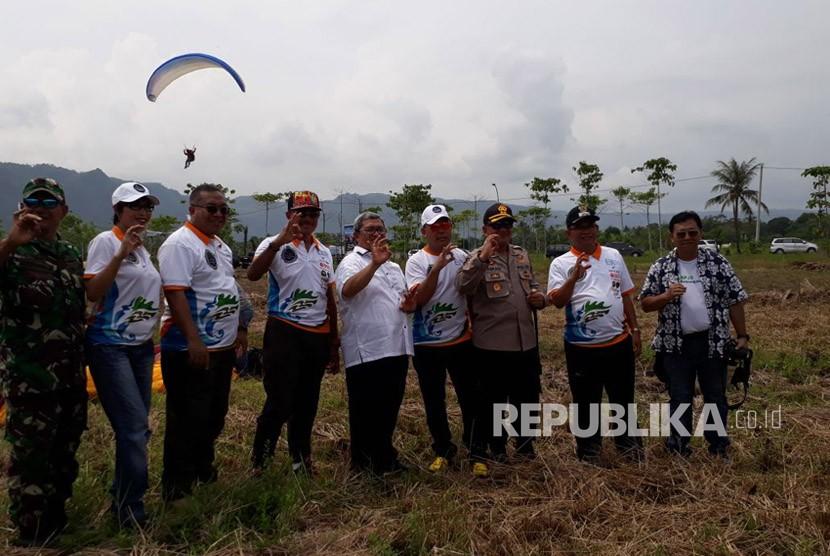 Gubernur Jawa Barat Ahmad Heryawan menghadiri Geopark Ciletuh Palabuhanratu Fun Day Towards Unesco Global Geopark di Pantai Palampang Kecamatan Ciemas yang diisi kegiatan paralayang Ahad (15/4).