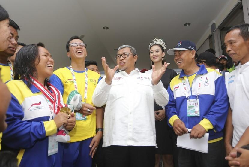 Gubernur Jawa Barat Ahmad Heryawan (tengah) berbincang dengan atlet, pelatih dan official kontingen Jabar di Kolam Renang FPOK UPI, Bandung, Jawa Barat, Jumat (21/10).