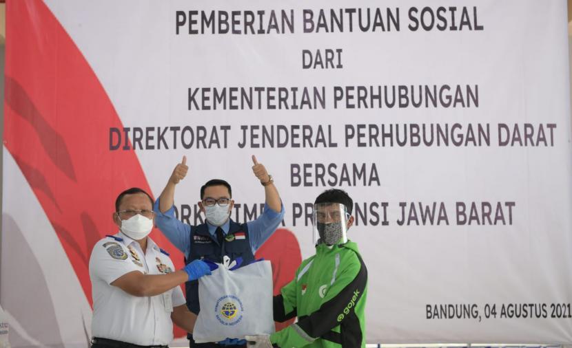 Gubernur Jawa Barat (Jabar) Ridwan Kamil menyalurkan bantuan sosial (bansos) berupa sembako kepada penyelenggara transportasi darat di Terminal Leuwi Panjang, Kota Bandung, Rabu (4/8). Bantuan tersebut berasal dari Kementerian Perhubungan (Kemenhub) RI dan PT Astra International Tbk.