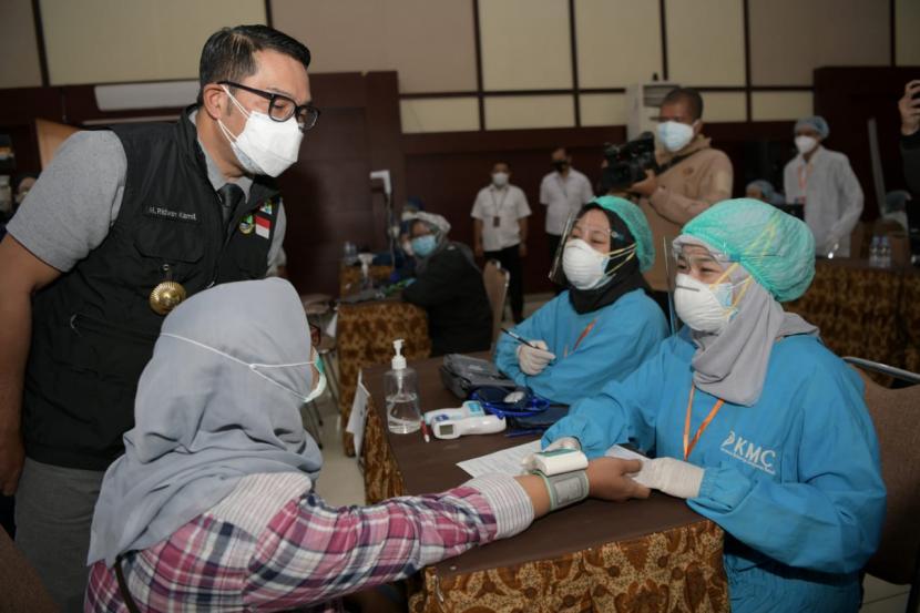 Gubernur Jawa Barat (Jabar) Ridwan Kamil menyatakan, percepatan pelaksanaan vaksinasi Covid-19 harus dilakukan saat Pemberlakuan Pembatasan Kegiatan Masyarakat (PPKM) Darurat. Hal itu bertujuan untuk mempercepat pembentukan kekebalan kelompok atau herd immunity.