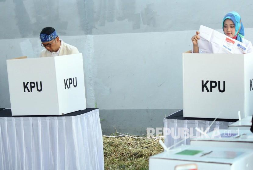Gubernur Jawa Barat Ridwan Kamil berserta istrinya Atalia Praratya melakukan pencoblosan Pemilu 2019, di TPS 32, Cigadung, Kota Bandung, Rabu (17/4).
