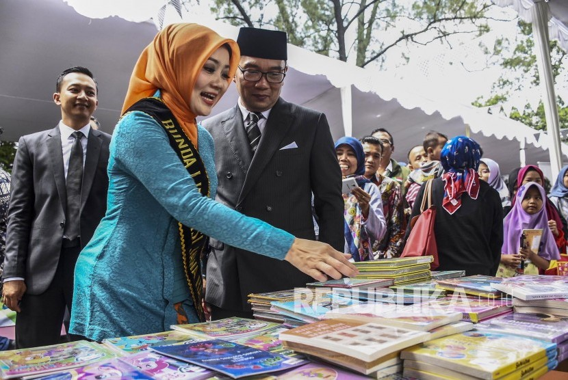Gubernur Jawa Barat Ridwan Kamil didampingi Bunda Literasi Jawa Barat Atalia Praratya meninjau salah satu stand pameran pada acara Festival Literasi 2019 di Halaman Gedung Sate, Kota Bandung, Sabtu (20/4).
