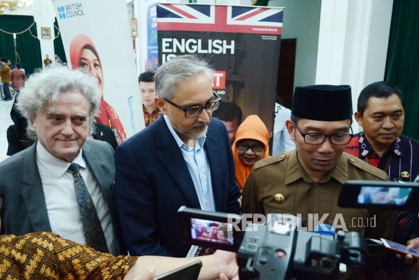 Gubernur Jawa Barat Ridwan Kamil didampingi Duta Besar Inggris untuk RI Moazam Malik  diwawancara wartawan usai penutupan English For Ulama Siap Mewartakan Islam yang Damai ke Pentas Dunia, di Aula Barat Gedung Sate, Kota Bandung, Kamis (11/4).