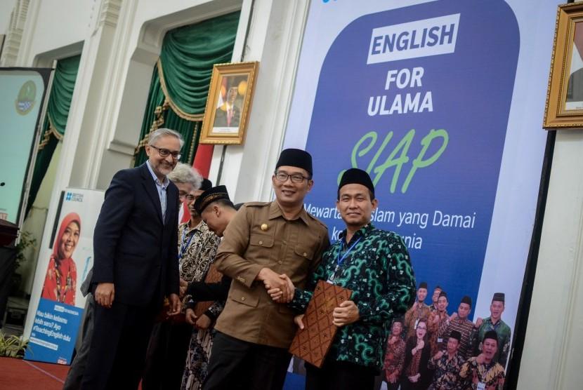 Gubernur Jawa Barat Ridwan Kamil (kedua kanan) bersama Duta Besar Inggris untuk Indonesia Moazzam Malik (kiri) memberikan penghargaan kepada perwakilan ulama saat penutupan program English For Ulama di Gedung Sate, Bandung, Jawa Barat, Rabu (11/4/2019).