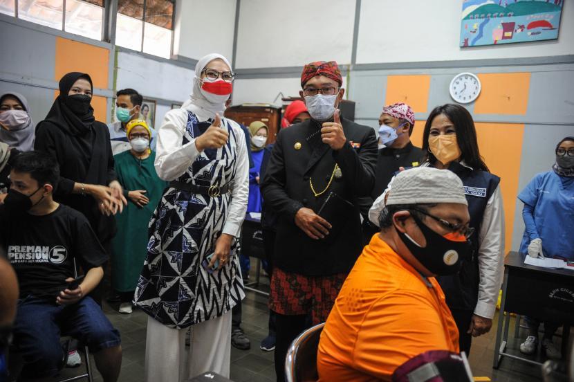Gubernur Jawa Barat Ridwan Kamil (kedua kanan) bersama Staf Khusus Presiden RI Bidang Sosial Angkie Yudistia (kedua kiri) meninjau gebyar vaksin bagi disabilitas di SLBN Cicendo, Bandung, Jawa Barat, Sabtu (25/9/2021). Ridwan Kamil menyatakan, hingga September 2021 jumlah penerima vaksin COVID-19 di Jawa Barat mencapai 21,6 juta warga dengan rata-rata penyuntikkan sebanyak 311.000 dosis perhari.