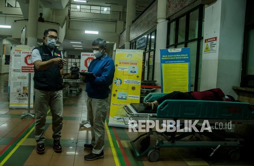 Gubernur Jawa Barat Ridwan Kamil (kiri) berdialog dengan Plt Direktur Pelayanan Medik Keperawatan dan Penunjang Rumah Sakit Dokter Hasan Sadikin (RSHS) Dr.Yana Muhammad Supriatna (kanan) saat meninjau di RSHS, Bandung, Jawa Barat, Sabtu (12/6/2021) malam. Ridwan Kamil menyatakan tingkat keterisian tempat tidur atau Bed Occupancy Rate (BOR) di seluruh Jawa Barat masih dalam tahap terkendali meski mengalami peningkatan mencapai 68 persen dampak arus mudik dan libur Lebaran.
