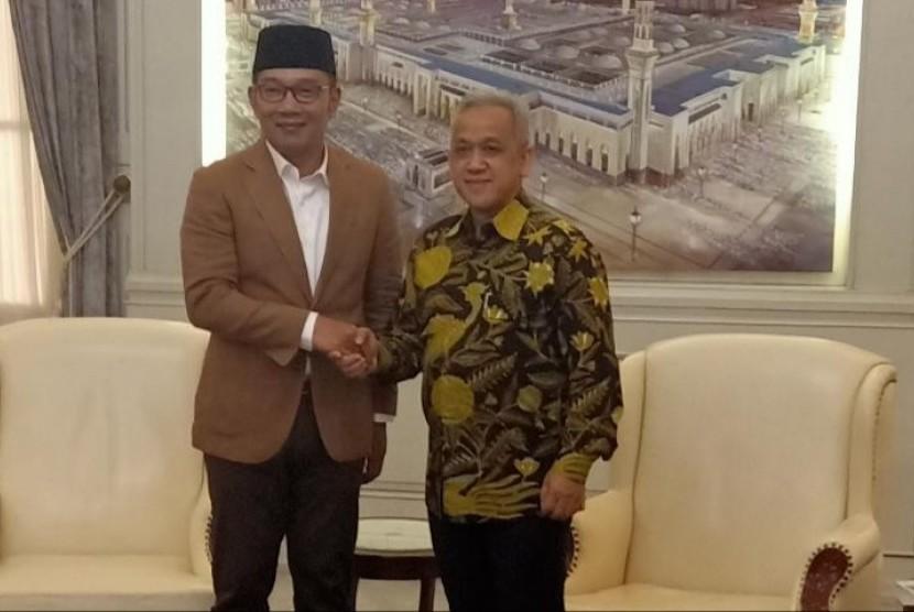 Gubernur Jawa Barat, Ridwan Kamil (kiri) dan Direktur Utama Perum Jasa Tirta II, U Saefudin Noer.