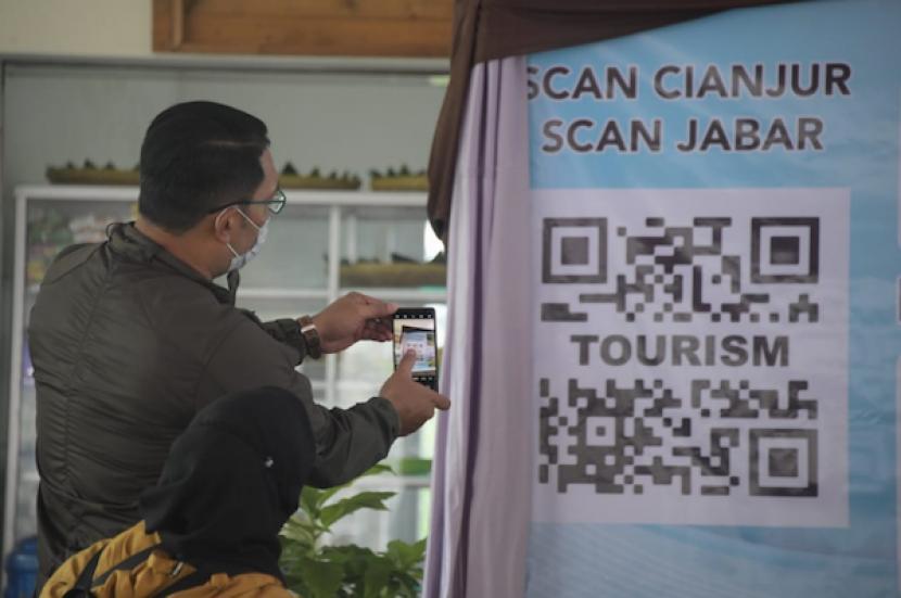 Gubernur Jawa Barat Ridwan Kamil meluncurkan QR Code Scan Jabar Scan Cianjur di Rest Area Naringgul, Desa Balegede, Kecamatan Naringgul, Kabupaten Cianjur, Ahad (21/2/2021.
