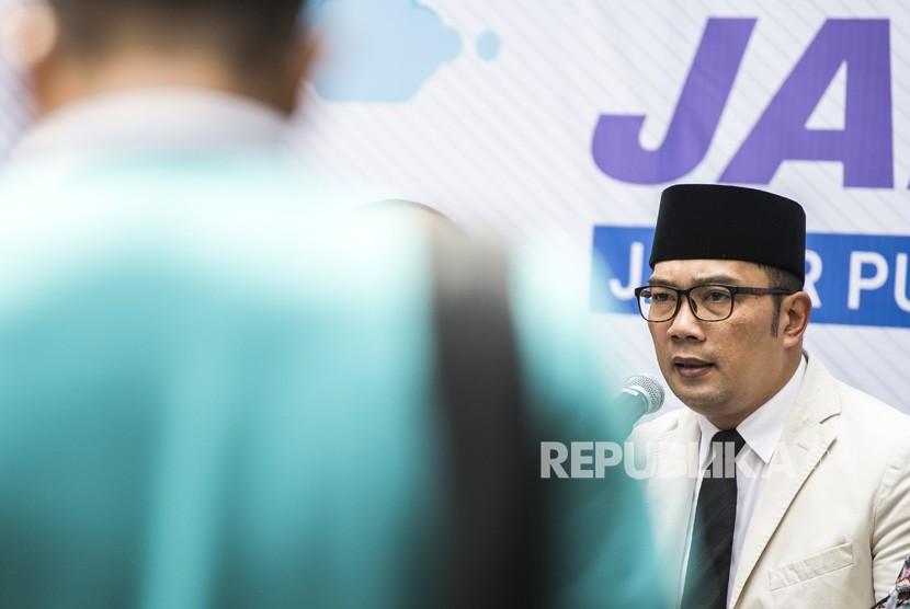 Gubernur Jawa Barat Ridwan Kamil memberikan keterangan pers mengenai Upah Minimum Provinsi (UMP) Jabar Tahun 2019 di Bandung, Jawa Barat, Kamis (1/11/2018).