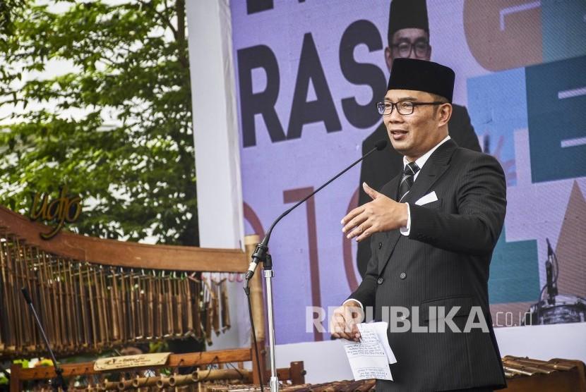 Gubernur Jawa Barat Ridwan Kamil memberikan sambutan pada acara Festival Literasi 2019 di Halaman Gedung Sate, Kota Bandung, Sabtu (20/4).