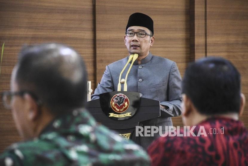 Gubernur Jawa Barat Ridwan Kamil memberikan sambutan pada acara Silaturahmi Lintas Agama dan Tokoh Ormas Se-Jabar di Mapolda Jawa Barat, Kota Bandung, Senin (22/4).