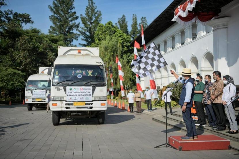 Gubernur Jawa Barat Ridwan Kamil mendistribusikan oksigen cair batuan dari Sumsel.