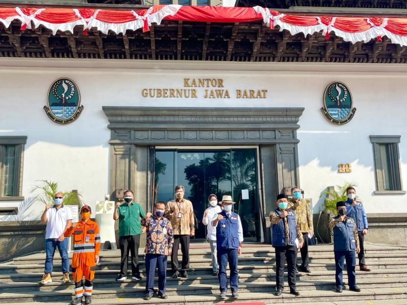 Gubernur Jawa Barat, Ridwan Kamil, menerima bantuan isotank oksigen dari sejumlah perusahaan diantaranya PT Serba Dinamik Indonesia (SDI) bekerja sama dengan PT AICO Energi.