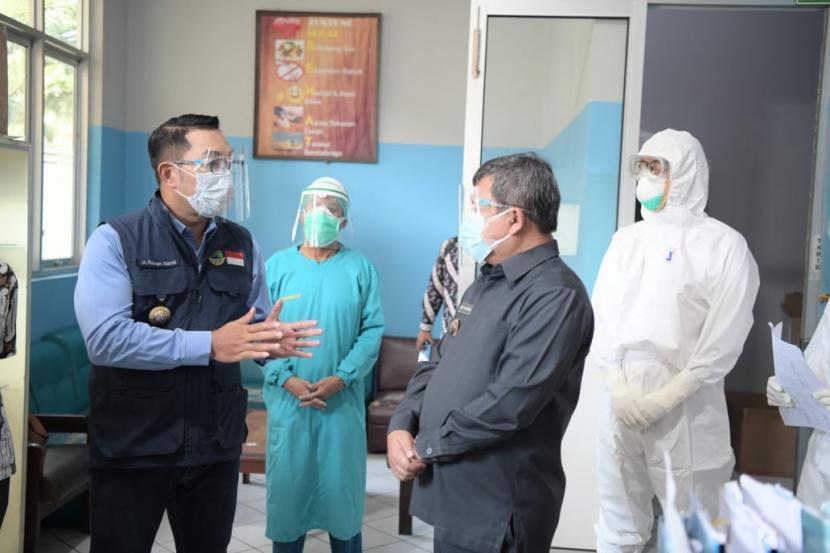 Gubernur Jawa Barat Ridwan Kamil meninjau Rumah Sakit Umum Daerah (RSUD) dr Slamet Kabupaten Garut, Jumat (25/6).