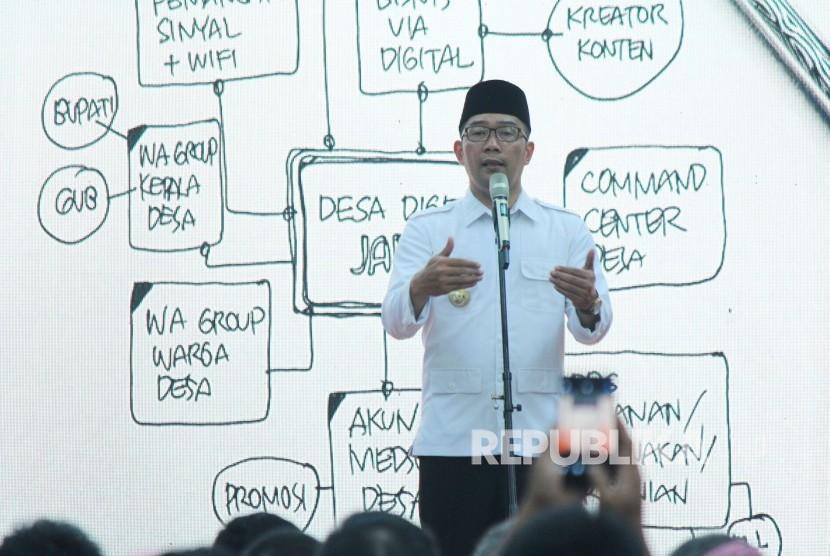 Gubernur Jawa Barat Ridwan Kamil menyampaikan sambutan pada kick off Program Patriot Desa Digital, di Aula Barat, Gedung Sate, Kota Bandung, Senin (1/4).