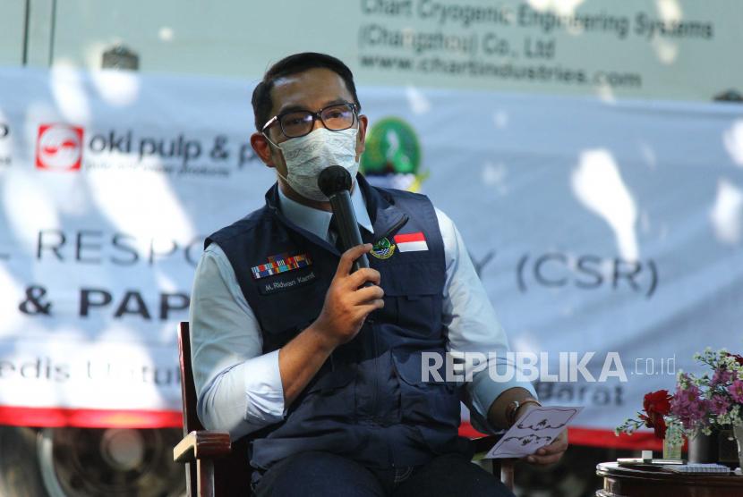 Gubernur Jawa Barat Ridwan Kamil menyampaikan upaya pemprov Jawa Barat untuk memenuhi ketersediaan oksigen dalam penanganan pasien Covid-19 di Jawa Barat, saat vicon Jabar Punya Informasi (JAPRI) Vol. 79, bertajuk Jabar-Indonesia 1 Nafas. Apresiasi Donasi Oksigen untuk Warga Jawa Barat, di halaman Gedung Sate, Kota Bandung, Rabu (28/7). Truk trailer berisi 85,8 ton oksigen cair tersebut merupakan CSR dari PT OKI Pulp & Paper Mills (Sinar Mas Group). Bantuan tersebut diharapakan dapat memenuhi kebutuhan oksigen dalam penanganan pasien Covid-19 di Jawa Barat.