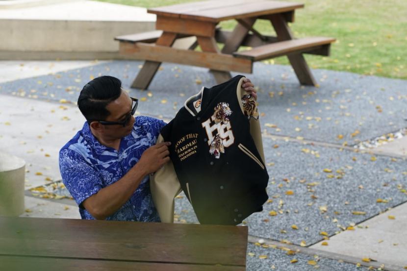 Gubernur Jawa Barat Ridwan Kamil secara resmi memperkenalkan 21 produk hasil kolaborasinya bersama brand lokal di Pulau Jawa, Senin (10/5) malam dengan konsep lelang.