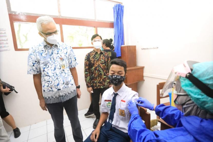 Gubernur Jawa Tengah, Ganjar Pranowo, didampingi Wali Kota Solo, Gibran Rakabuming Raka meninjau langsung pelaksanaan vaksinasi Covid-19 bagi pelajar berusia 12-17 tahun di SMA Negeri 3 Solo, Rabu (4/8).