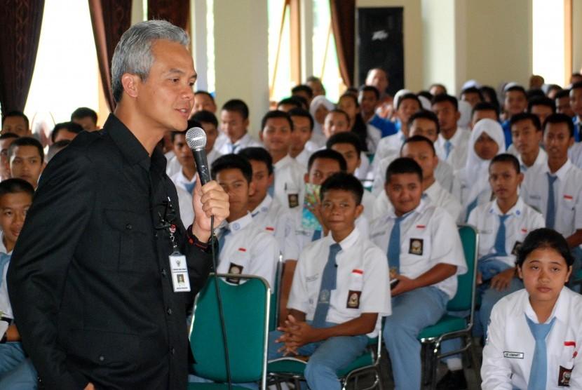 Gubernur Jawa Tengah Ganjar Pranowo (kiri) mengajar sejumlah siswa di SMK Negeri 1 Bawen, Kabupaten Semarang, Jawa Tengah, Kamis (12/11).