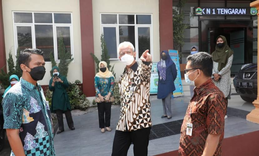 Gubernur Jawa Tengah, Ganjar Pranowo menegur sejumlah guru terkait adanya sejumlah pelanggaran prokes dalam pelaksanaan PTM di SMKN 1 Tengaran, Kecamatan Tengaran, Kabupaten Semarang, Jumat (24/9).
