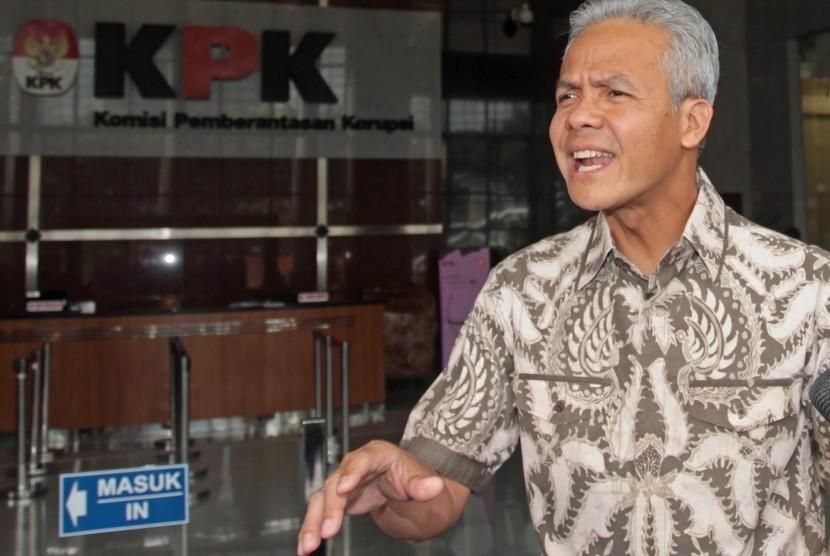 Gubernur Jawa Tengah, Ganjar Pranowo menjawab pertanyaan wartawan saat meninggalkan gedung KPK usai menjalani pemeriksaan di Jakarta, Jumat (10/5/2019).