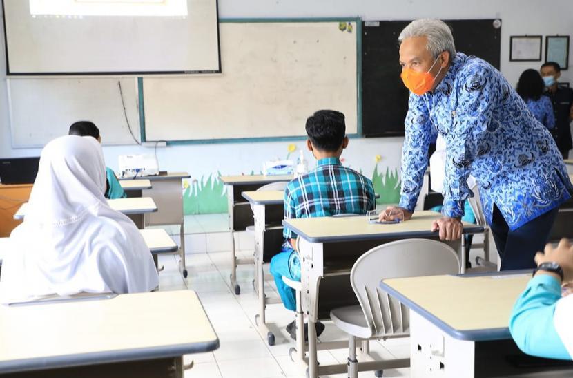 Gubernur Jawa Tengah, Ganjar Pranowo saat melakukan monitoring di beberap sekolah, di Kota Salatiga, Rabu (17/3). Monitoring ini dilakukan untuk memastikan kesiapan rencana pelaksanaan Pembelajaran Tatap Muka (PTM).