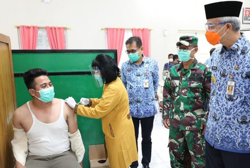 Gubernur Jawa Tengah, Ganjar Pranowo saat meninjau pelaksanaan vaksinasi tahap perama bagi para tenaga kesehatan (nakes) di salah satu fasilitas kesehatan (faskes) pelaksana vaksinasi Covid-19, di RS Bhakti Wira Tamtama, Kota Semarang, Senin (18/1).