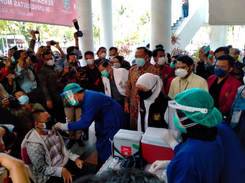 Gubernur Jawa Timur (Jatim) beserta jajarannya meninjau pelaksanaan vaksinasi di Dome UMM, Kota Malang, Senin (2/8).
