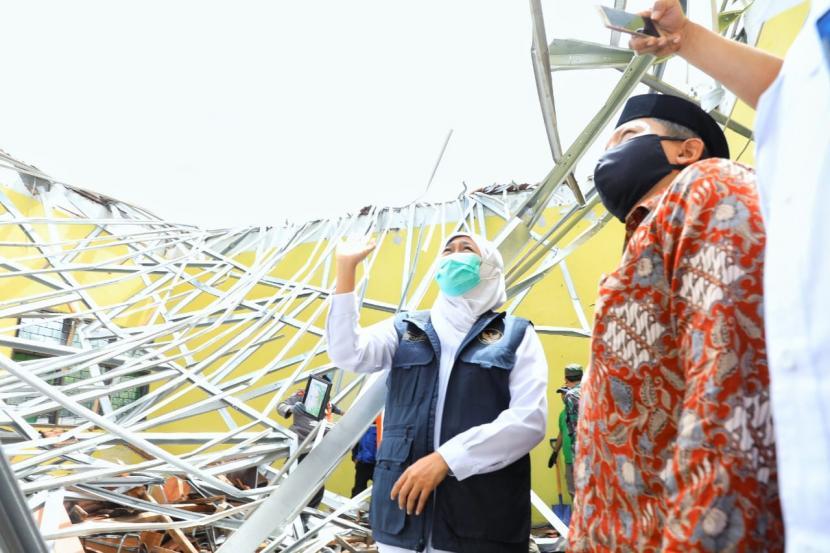 Gubernur Jawa Timur (Jatim), Khofifah Indar Parawansa meninjau lokasi terdampak gempa di Kabupaten Malang, Ahad (11/4).