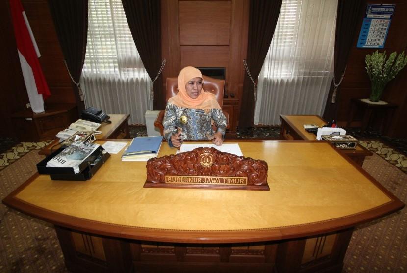 Gubernur Jawa Timur Khofifah Indar Parawansa beraktivitas di ruang kerjanya di kompleks Kantor Gubernur Jatim di Surabaya, Jawa Timur, Jumat (15/2/2019).