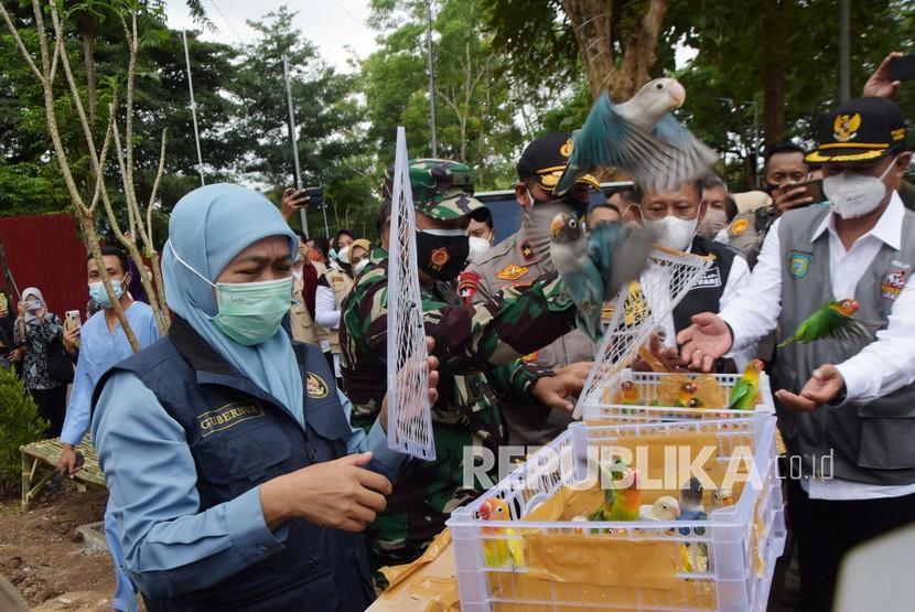 Gubernur Jawa Timur Khofifah Indar Parawansa (kiri)