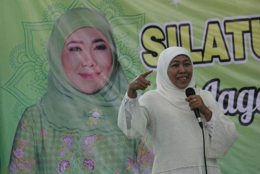 Gubernur Jawa Timur sekaligus Ketua Umum PP Muslimat NU Khofifah Indar Parawansa menyampaikan sambutan saat Halaqoh Kebangsaan Muslimat NU di Asrama Haji, Surabaya, Jawa Timur, Sabtu (16/3/2019).