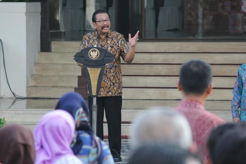 Gubernur Jawa Timur Soekarwo memberikan arahan kepada sejumlah Pegawai Negeri Sipil (PNS) saat apel di halaman Kantor Gubernur Jatim, Surabaya, Jawa Timur, Selasa (3/1).