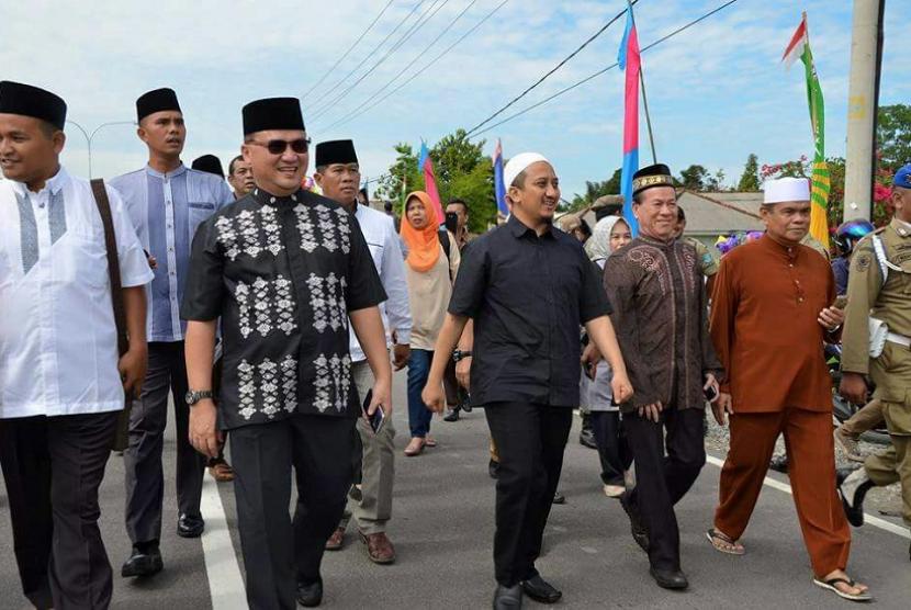 Gubernur Kepulauan Bangka Belitung Erzaldi Rosman dan Ustaz Yusuf Mansur saat akan menggelar tabligh akbar bersama di Masjid Al Ansor Tempilang, Jumat (23/2).