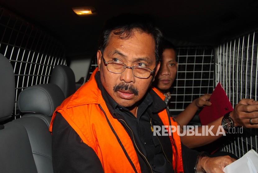 Gubernur Kepulauan Riau Nurdin Basirun berada dalam mobil tahanan usai menjalani pemeriksaan di Gedung KPK, Jakarta, Jumat (12/7/2019).