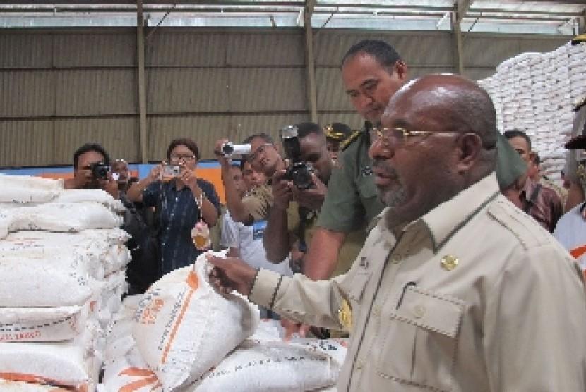 Gubernur Lukas Enembe meninjau gudang Bulog Papua di Jayapura, beberapa waktu lalu sebelum pandemi.