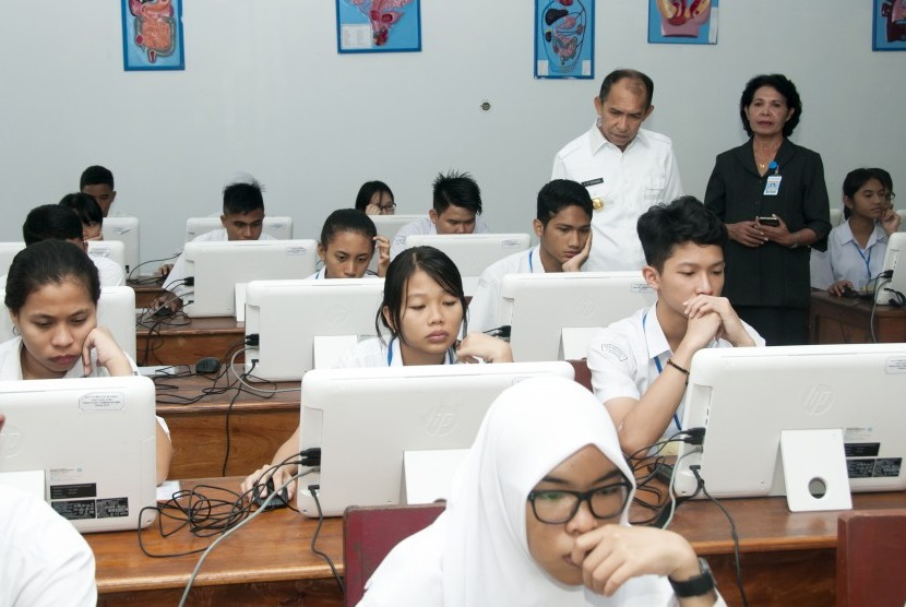 Gubernur Maluku, Said Assagaff (ketiga kanan), didampingi Kepala Sekolah Menangah Atas (SMA) Negeri 1 Ambon, Carolina Musatamu (kedua kanan) meninjau salah satu ruang kelas, tempat berlangsungnya Ujian Nasional Berbasis Komputer (UNBK) di SMA Negeri 1, Ambon, Maluku, Senin (10/4).