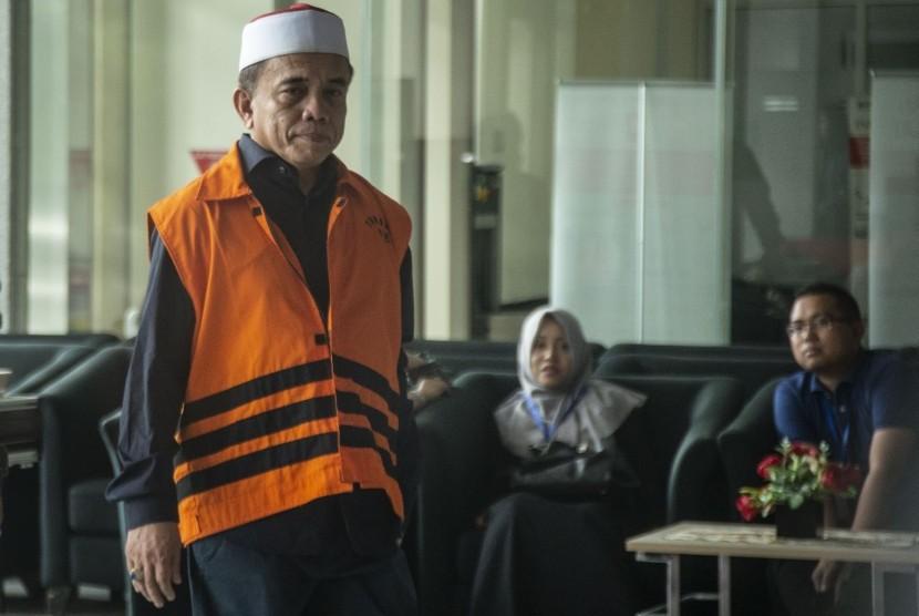 Gubernur nonaktif Aceh Irwandi Yusuf bersiap menjalani pemeriksaan di gedung KPK, Jakarta, Kamis (26/7).