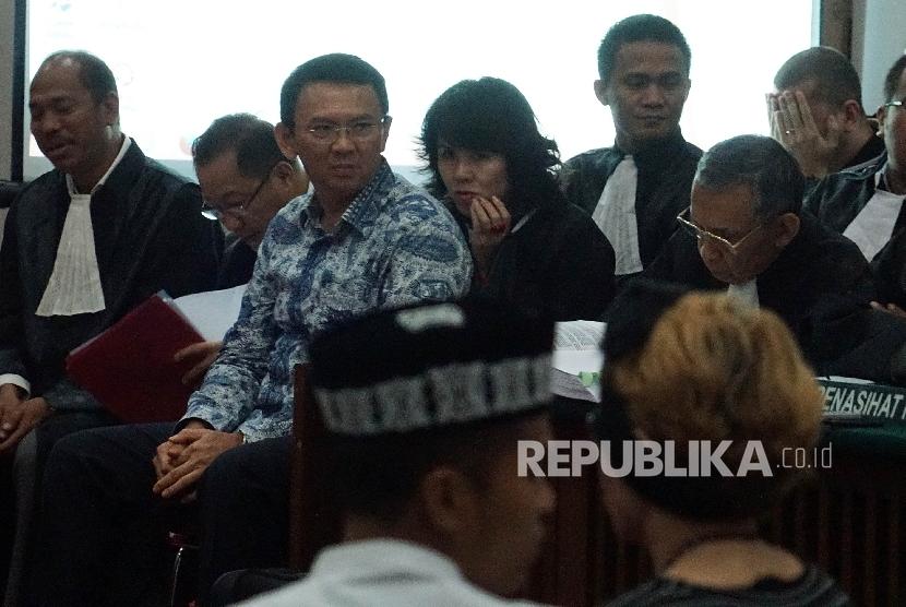 Gubernur nonaktif DKI Jakarta, Basuki Tjahaja Purnama alias Ahok hadir dalam persidangan dugaan penistaan agama di Auditorium Kementrian Pertanian, Jakarta Selatan, Selasa (10/1).