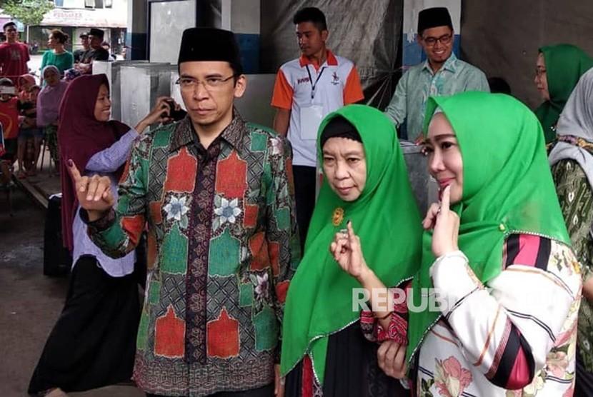 Gubernur NTB TGB Muhammad Zainul Majdi atau Tuan Guru Bajang (TGB) memberikan hak suaranya di TPS 1 Kelurahan Pancor, Kabupaten Lombok Timur, Nusa Tenggara Barat (NTB), Rabu (27/6).