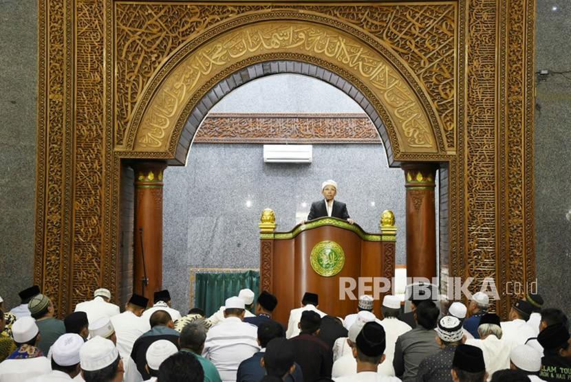 Gubernur NTB TGB Muhammad Zainul Majdi menjadi khatib shalat Jumat (Ilustrasi)