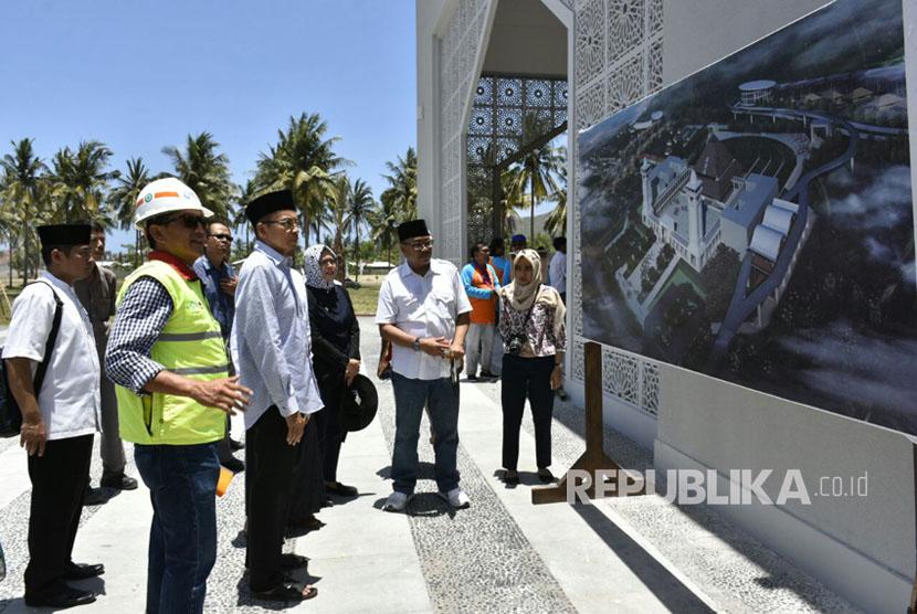 Gubernur NTB TGH Muhammad Zainul Majdi atau Tuan Guru Bajang (TGB) memberi nama Masjid Nurul Bilad yang memiliki arti cahaya bagi bangsa-bangsa. Pasalnya, masjid ini berada di kawasan yang diyakini akan banyak didatangi wisatawan dari berbagai belahan dunia, Lombok Tengah, NTB, Jumat (13/10).