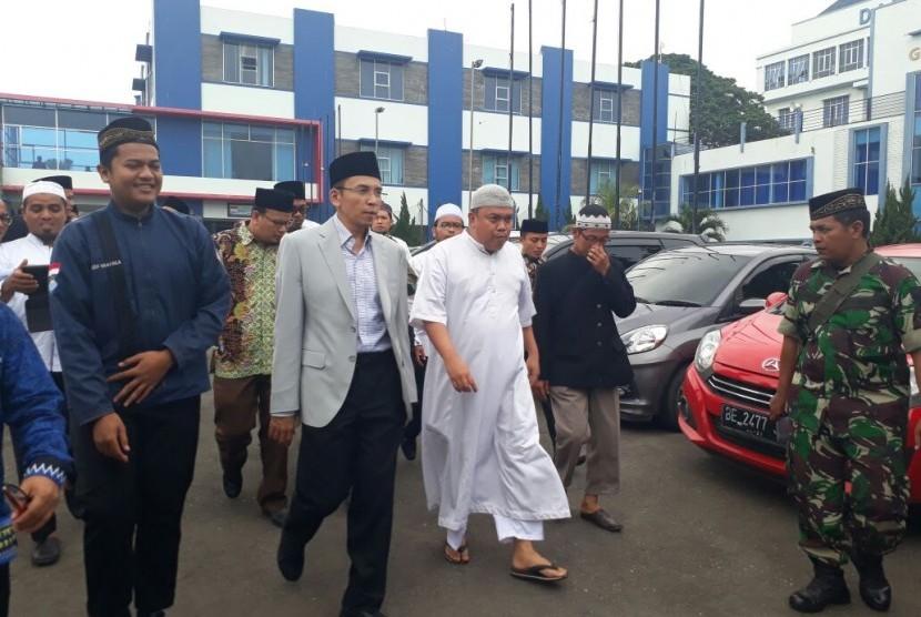 Gubernur NTB TGH Muhammad Zainul Majdi atau Tuan Guru Bajang (TGB) (berjas abu-abu dan berkopiah) menyampaikan tabligh akbar bertajuk