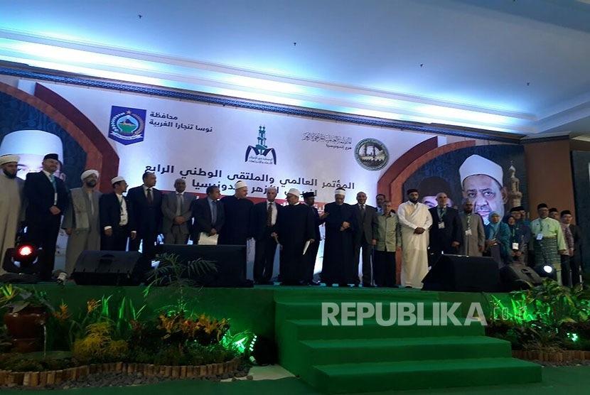 Gubernur NTB TGH Muhammad Zainul Majdi, Prof Quraish Shihab, dan Wakil Ketua WOAG Al Azhar Prof Dr Abdul Fadhil el Qoushi membuka Konferensi Internasional dan Multaqa IV Alumni Al Azhar di Islamic Center NTB, Rabu (18/10).