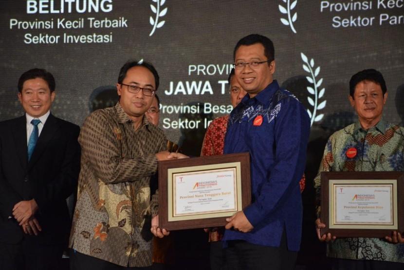 Gubernur NTB Zulkieflimansyah (kanan) saat menerima penghargaan Gold katagori Pelayanan Publik dari Kepala Biro Komunikasi Publik Kementerian PUPR,  Endra Saleh Atmawidjaja (kiri) dalam acara Indonesia's Attractiveness Award di Hotel Pullman, Jakarta, Selasa (23/7).