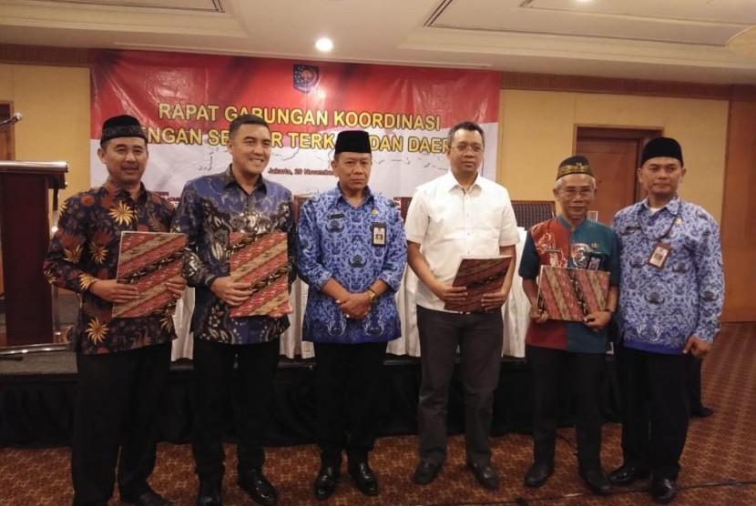 Gubernur Nusa Tenggara Barat (NTB) Zulkieflimansyah (ketiga dari kanan) dan PT Indonesia Tourism Development Corporation (ITDC) Direktur Utama Abdulbar M Mansoer (kedua dari kiri) dalam kerja sama beasiswa 1.000 mahasiswa NTB keluar negeri dari ITDC di Hotel Aryaduta, Jakarta (29/11).